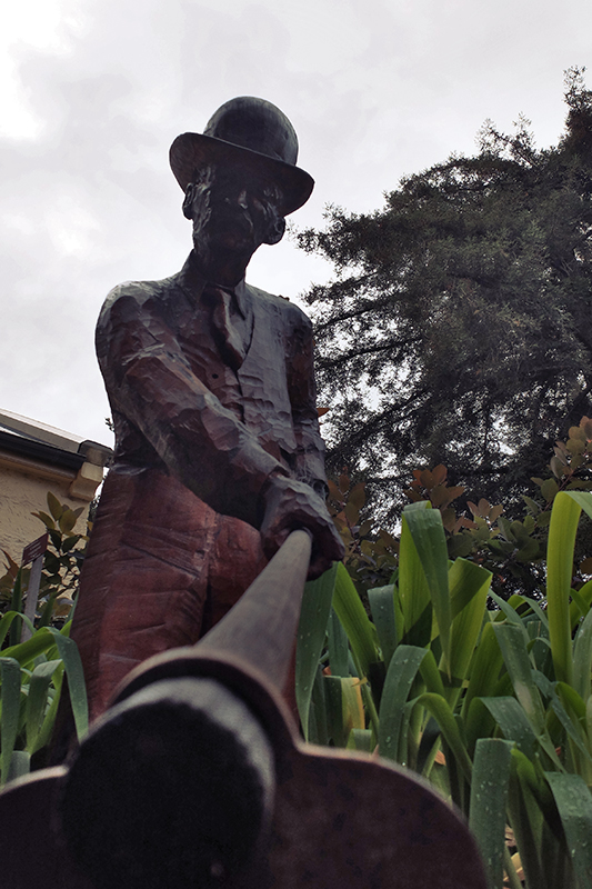A quaint bronze statue of a gardener near the main entrance.