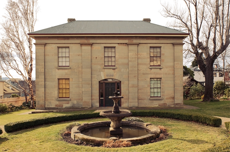 From St. David's Park you make your way towards Battery Point and will come across the Narryna Heritage Museum (14) on the way, a quaint museum showcasing Tasmania's colonial history.